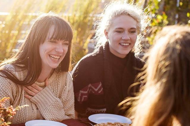 Venner rundt spisebordet. re:member reward gir deg rabatter.